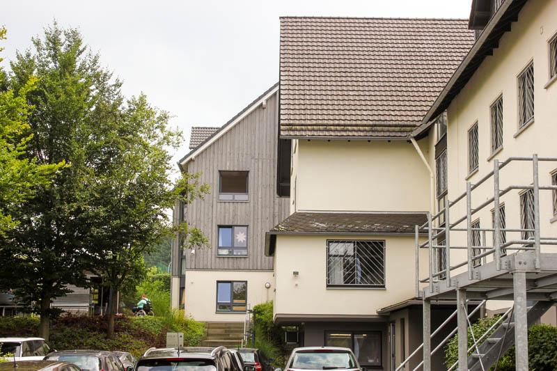 Haus-auf-der-Hardt-Pflege-Ueber-uns-Wiegand-GmbH-Bilder-1-Haus-Himmel-Fenster-Wolken-Stadt-Auto-Dienstleister-Betreutes-Wohnen-Therapie-Zentrum-Leistungen-Ambulant-Stationär