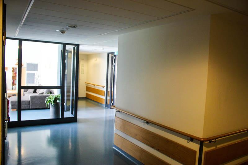 Haus-auf-der-Hardt-Pflege-Erkrankungen-Hilfsangebot-Bilder-1-Haus-Himmel-Fenster-Wolken-Dienstleister-Betreutes-Wohnen-Therapie-Zentrum-Leistungen-Ambulant-Stationär
