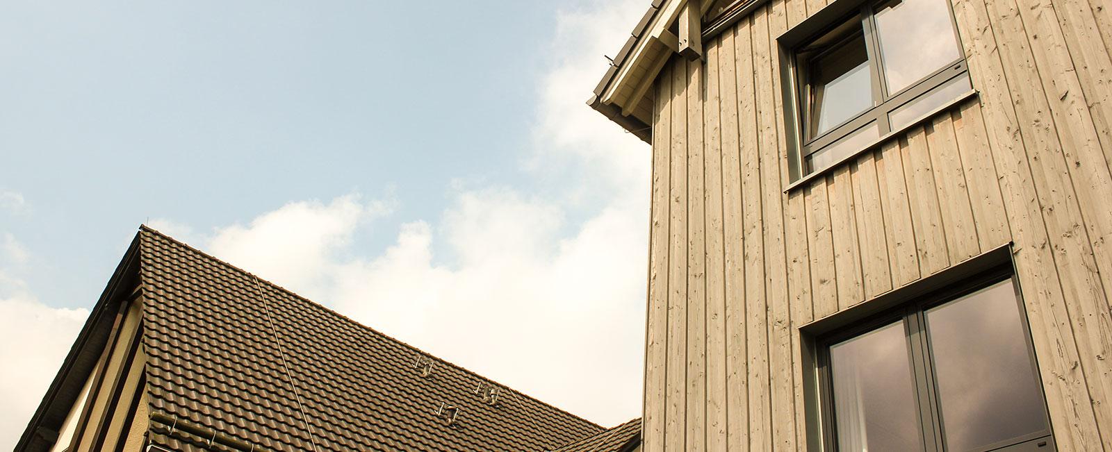 Haus-auf-der-Hardt-Pflege-Galerie-Header-Haus-Himmel-Fenster-Wolken-Dienstleister-Betreutes-Wohnen-Therapie-Zentrum-Leistungen-Ambulant-Stationär