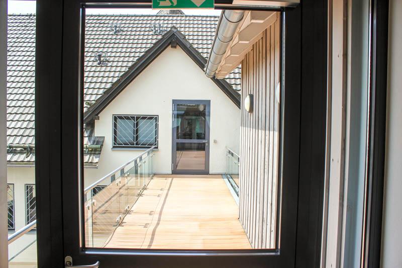 Hardt-Pflege-Unser-Haus-Raeumlichkeiten-Bilder-8-Haus-Himmel-Fenster-Wolken-Dienstleister-Betreutes-Wohnen-Therapie-Zentrum-Leistungen-Ambulant-Stationär
