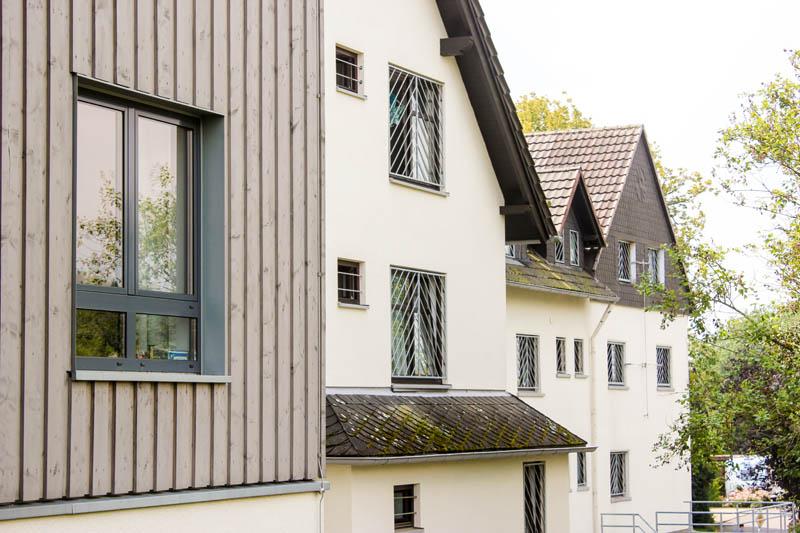 Haus-auf-der-Hardt-Pflege-Startseite-Bilder-4-Haus-Himmel-Fenster-Wolken-Dienstleister-Betreutes-Wohnen-Therapie-Zentrum-Leistungen-Ambulant-Stationär
