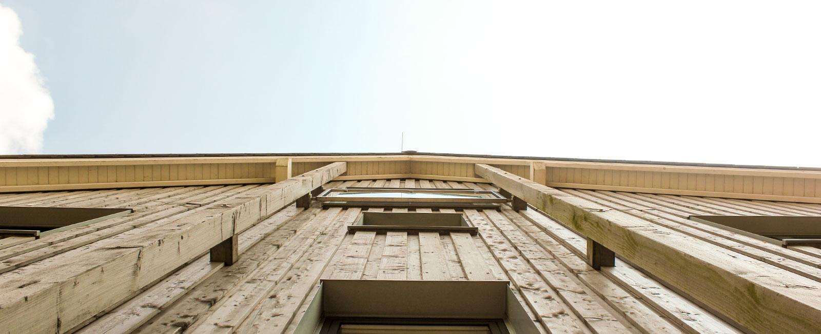 Haus-auf-der-Hardt-Pflege-Ueber-uns-Wiegand-GmbH-Header-Haus-Himmel-Fenster-Wolken-Dienstleister-Betreutes-Wohnen-Therapie-Zentrum-Leistungen-Ambulant-Stationär