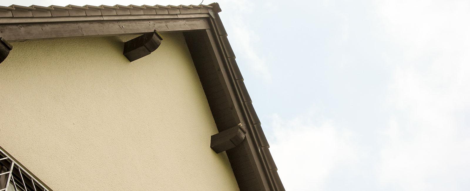 Haus-auf-der-Hardt-Pflege-Erkrankungen-Hilfsangebot-Header-Haus-Himmel-Fenster-Wolken-Dienstleister-Betreutes-Wohnen-Therapie-Zentrum-Leistungen-Ambulant-Stationär