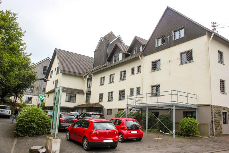 Haus-auf-der-Hardt-Pflege-Ueber-uns-Wiegand-GmbH-Bilder-4-Haus-Himmel-Fenster-Wolken-Stadt-Auto-Dienstleister-Betreutes-Wohnen-Therapie-Zentrum-Leistungen-Ambulant-Stationär